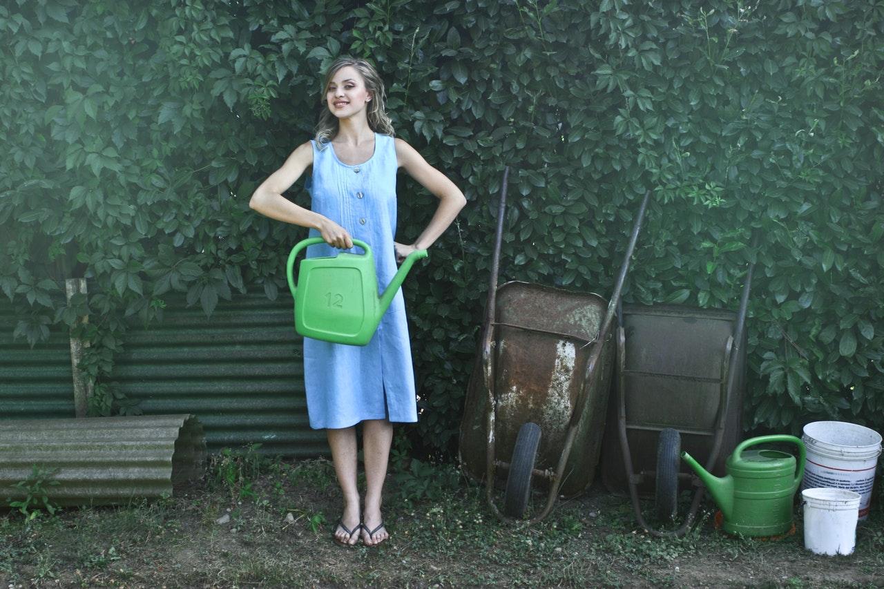 En kvinna med en vattenkanna
